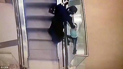 Nga: Sốc với video bé 5 tuổi trượt tay rơi khỏi thang cuốn-2