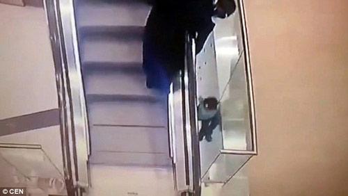 Nga: Sốc với video bé 5 tuổi trượt tay rơi khỏi thang cuốn-3