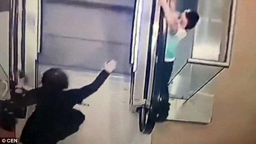 Nga: Sốc với video bé 5 tuổi trượt tay rơi khỏi thang cuốn-4