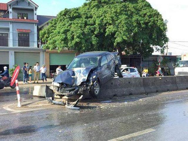 xe hop cho 5 nguoi bi xe tai tong bay len dai phan cach - 1