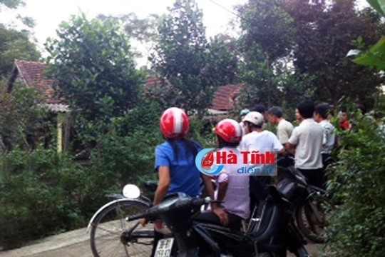 phat hien thay giao day nhac treo co trong nha tro - 1