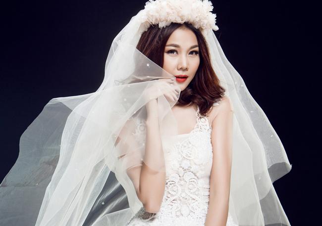 Siêu mẫu chưa một lần tiết lộ chuyện tình cảm cá nhân với công chúng, những người hâm mộ cô chỉ có thể ngắm nhìn một cô dâu Thanh Hằng trên sàn catwalk và mong chờ một ngày vui.