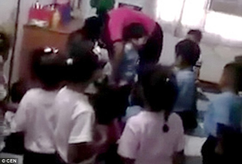 venezuela: giao vien mam non dung kim tiem de phat hoc sinh - 2