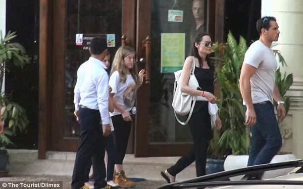 angelina jolie thich ngam cac em be campuchia tren pho - 1
