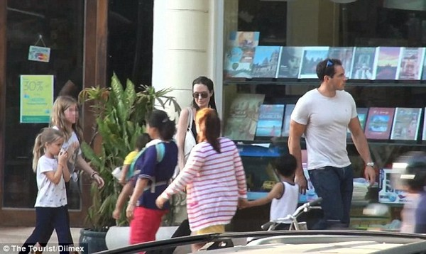 angelina jolie thich ngam cac em be campuchia tren pho - 3