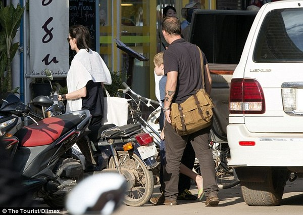 angelina jolie thich ngam cac em be campuchia tren pho - 6