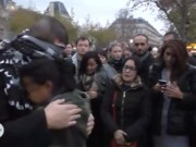 Tin tức - Người Paris ôm chàng trai Hồi Giáo khiến thế giới chết lặng