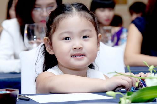 """hh huong giang khoe """"tieu cong chua"""" dang yeu - 18"""