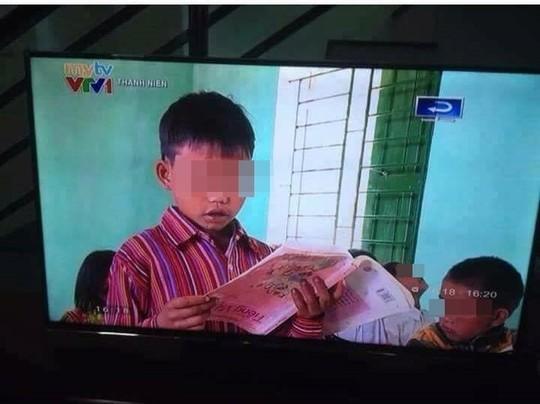 hoc sinh cam nguoc sach doc troi chay len song vtv - 1