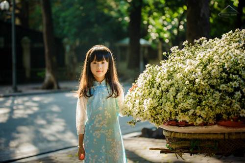 https://cdn.pixabay.com/photo/2015/06/16/21/52/pretty-girl-in-wildflowers-811746_960_720.jpg