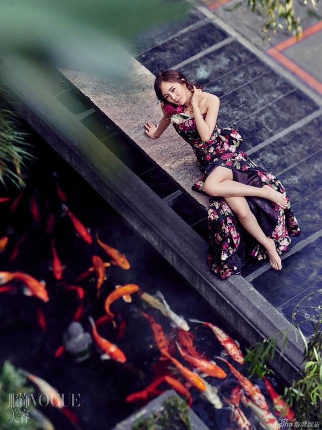 Trong loạt ảnh mới nhất khi làm người mẫu trang bìa cho tạp chí Vogue số tháng 12/2015, Dương Mịch lộ khá rõ khuôn mặt mộc khi bức ảnh không được xử lý qua photoshop để tạo V-line.