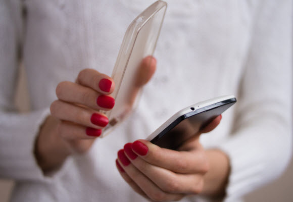 Nhiễm vi khuẩn vì dùng điện thoại trong nhà vệ sinh-2
