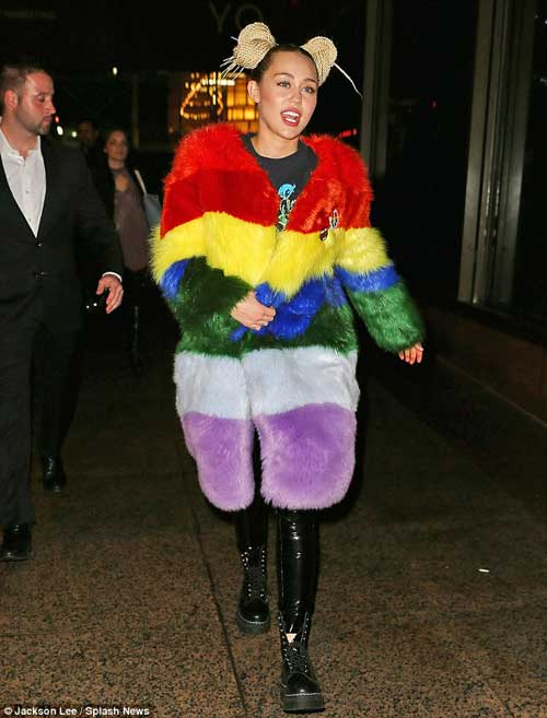 miley cyrus gay soc khi buoc day thung len dau - 5