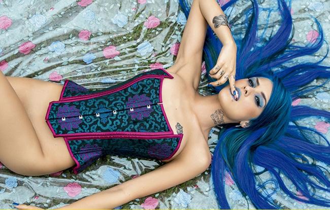 Cơ thể của người mẫu Brazil trên tạp chí Playboy khiến bạn đọc không thể hình dung nổi kết cấu cơ thể của cô.