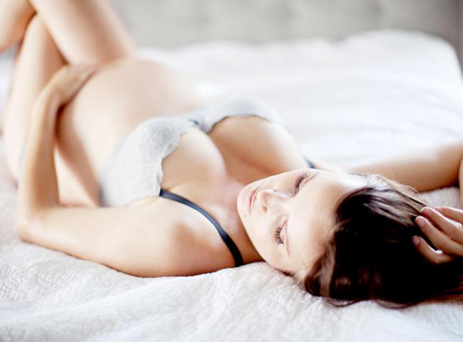 """Khi có bầu, hầu hết các mẹ đều làm mọi việc với hy vọng thai nhi được an toàn nhất như tránh ăn sushi, uống vitamin đều đặn, tránh tắm bồn nước nóng… và không ít các cặp đôi """"nói không"""" với quan hệ tình dục. Theo một cuộc khảo sát mới đây, 50% các bà mẹ mang bầu lần đầu và 75% các ông bố lo lắng về việc liệu """"chuyện ấy"""" có ảnh hưởng đến thai nhi. Tuy nhiên các nhà nghiên cứu đã khẳng định nếu mẹ bầu có thai kỳ bình thường thì làm chuyện ấy đều đặn sẽ chỉ mang lại những lợi ích tuyệt vời."""