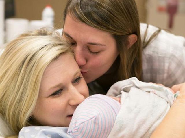 Những cặp đôi đồng tính mang thai gây sốt mạng xã hội