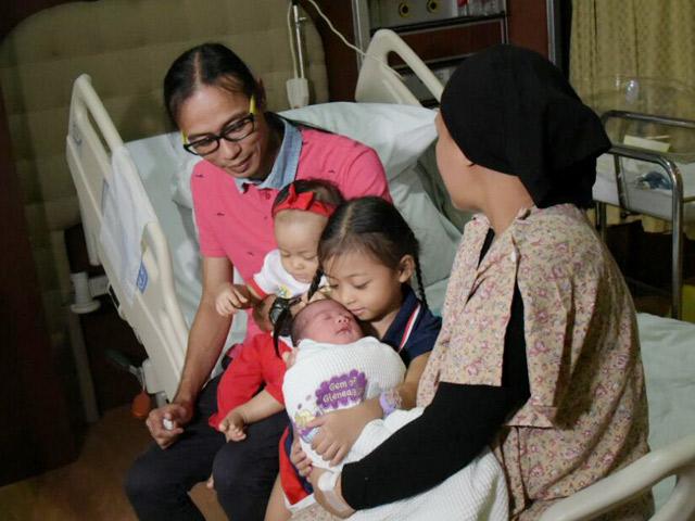 Chuyện lạ: Mẹ Singapore sinh 2 con cách nhau 10 tháng