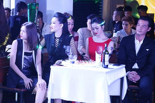 huong tram lay khan lam ao tat bat chay show - 11