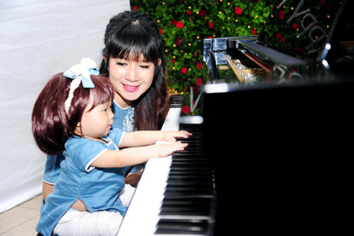 con gai ut ly hai tap choi piano trong tiec thoi noi - 5