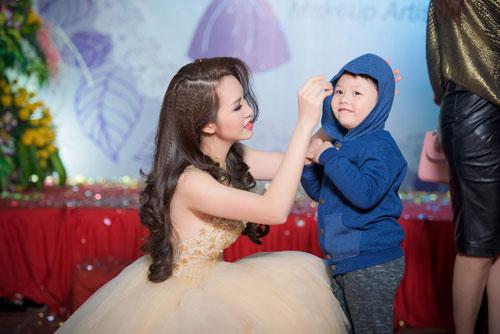 a hau thuy van hanh phuc khoe con trai tai su kien - 11