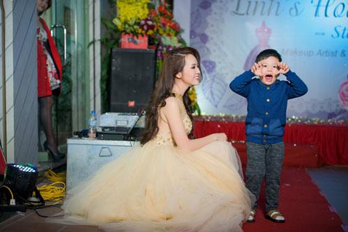 a hau thuy van hanh phuc khoe con trai tai su kien - 12