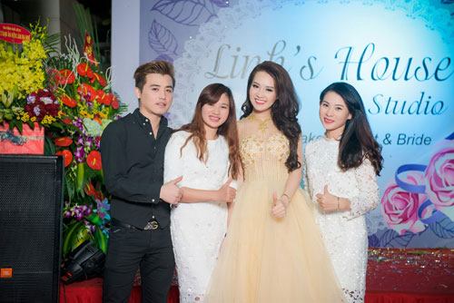 a hau thuy van hanh phuc khoe con trai tai su kien - 2