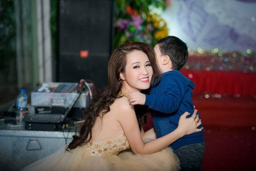 a hau thuy van hanh phuc khoe con trai tai su kien - 8