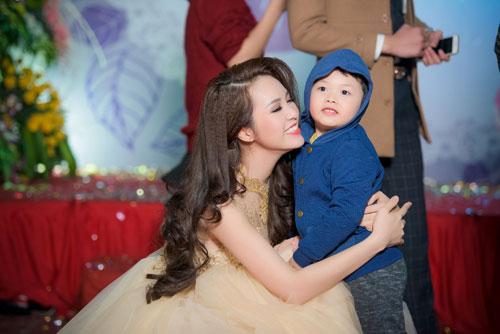 a hau thuy van hanh phuc khoe con trai tai su kien - 9
