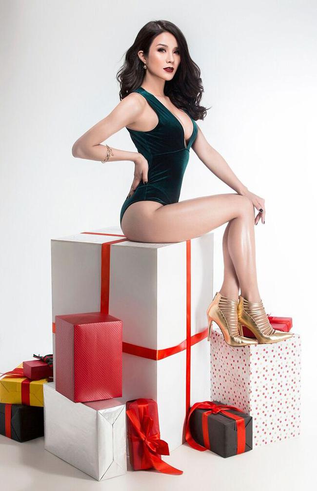 Diệp Lâm Anh gợi cảm trong bộ ảnh mới chào đón giáng sinh.