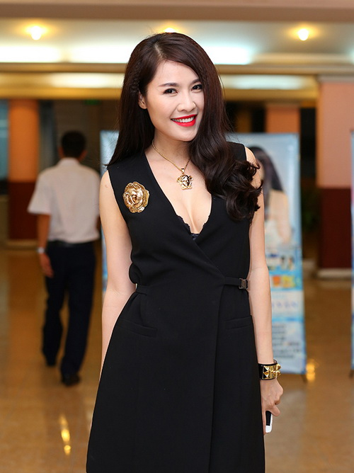 phi thanh van khoe bung bau sap sinh ben chong - 10
