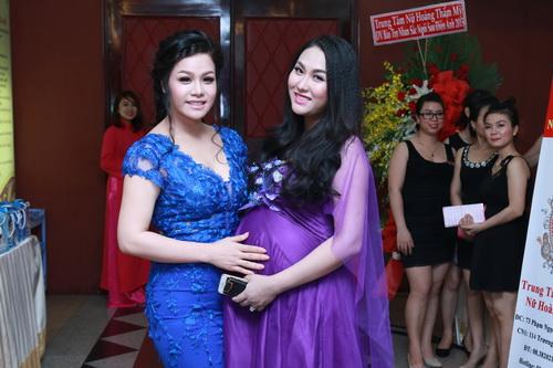 phi thanh van khoe bung bau sap sinh ben chong - 4