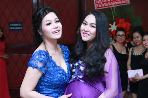 phi thanh van khoe bung bau sap sinh ben chong - 5