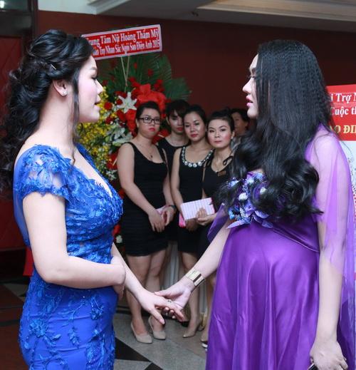 phi thanh van khoe bung bau sap sinh ben chong - 6