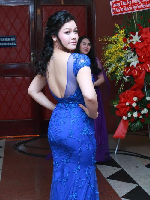 phi thanh van khoe bung bau sap sinh ben chong - 8
