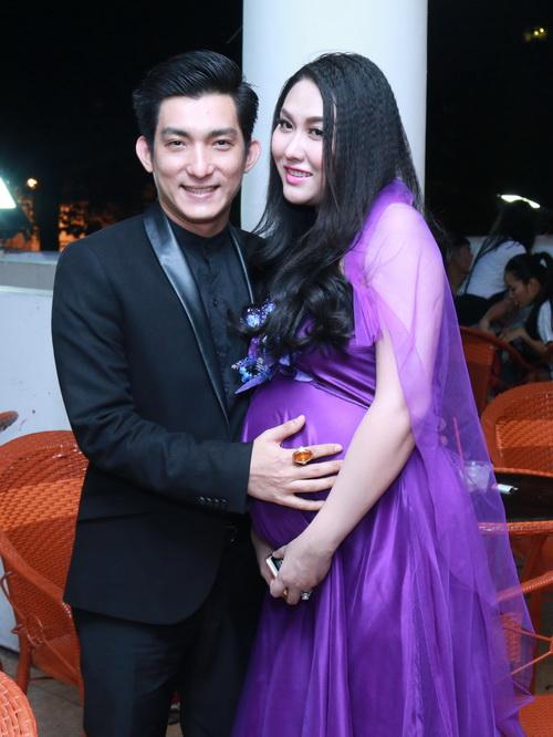 phi thanh van khoe bung bau sap sinh ben chong - 1