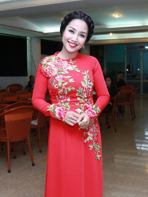 phi thanh van khoe bung bau sap sinh ben chong - 11