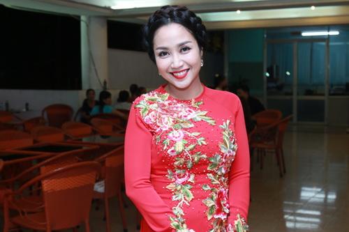 phi thanh van khoe bung bau sap sinh ben chong - 12