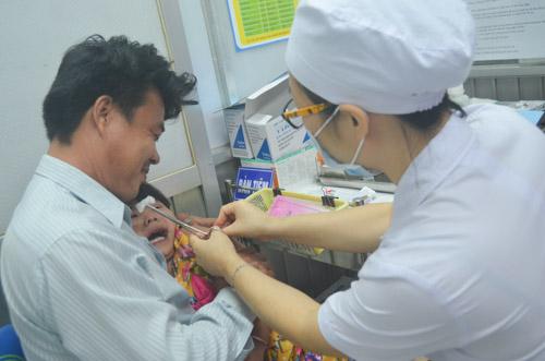 tp hcm: xép hàng trat tu trong dem dẻ con duọc tiem vác-xin - 16