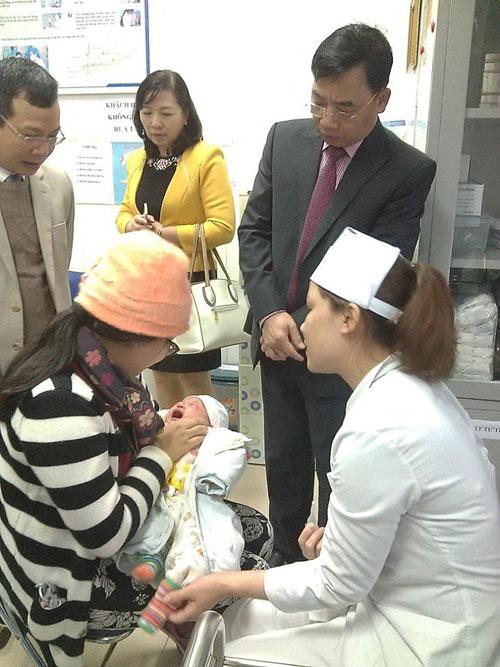 video: tre dau tien duoc tiem pentaxim bang cach dang ky qua mang - 1