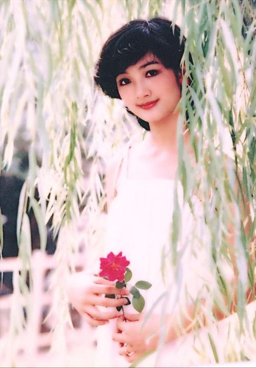Thời trang sao Việt xưa: Kinh ngạc vì người đẹp này gần như không thay đổi suốt 20 năm qua-1