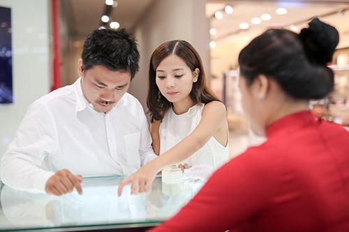 Bạn trai Việt kiều thơm má Khánh Hiền khi đi thử nhẫn cưới-3
