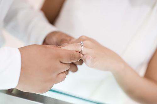Bạn trai Việt kiều thơm má Khánh Hiền khi đi thử nhẫn cưới-5