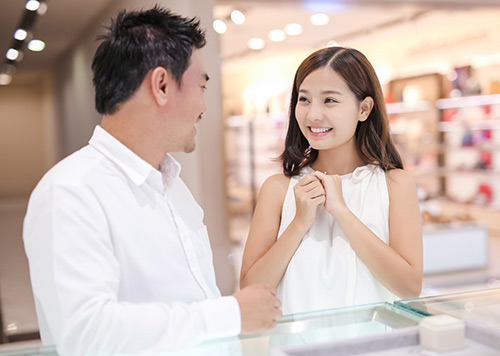 Bạn trai Việt kiều thơm má Khánh Hiền khi đi thử nhẫn cưới-2