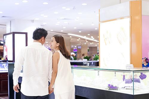 Bạn trai Việt kiều thơm má Khánh Hiền khi đi thử nhẫn cưới-9