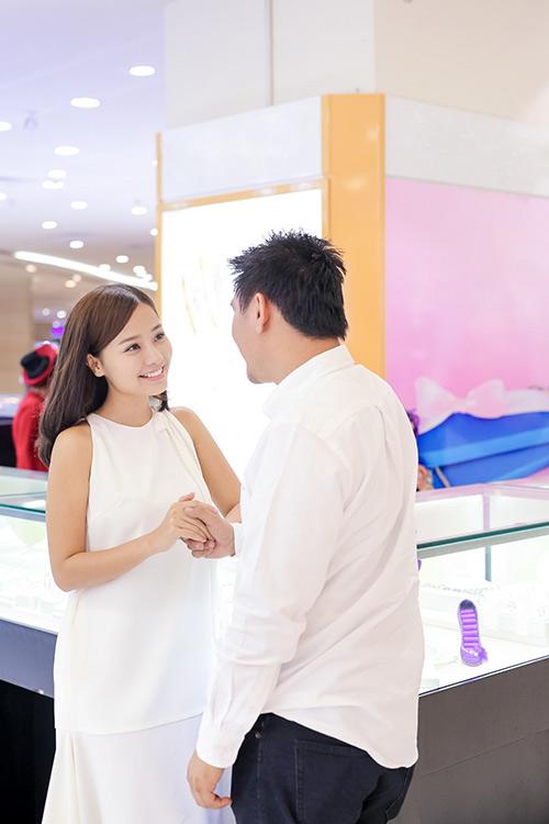 Bạn trai Việt kiều thơm má Khánh Hiền khi đi thử nhẫn cưới-1
