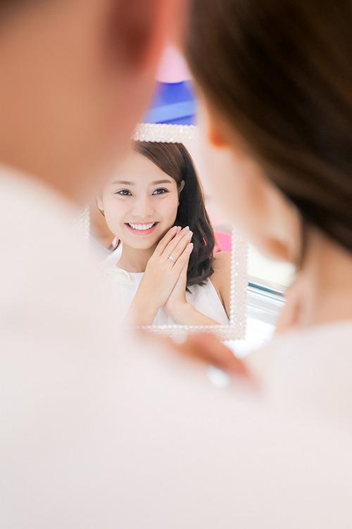 Bạn trai Việt kiều thơm má Khánh Hiền khi đi thử nhẫn cưới-6