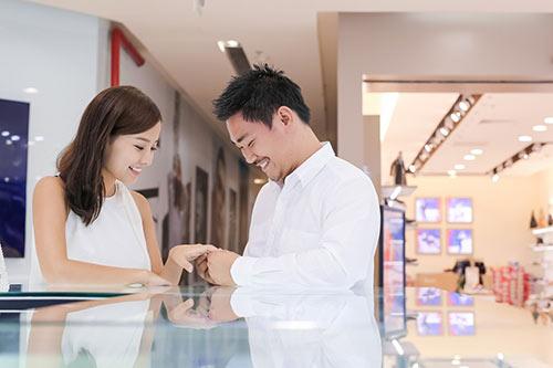 Bạn trai Việt kiều thơm má Khánh Hiền khi đi thử nhẫn cưới-4