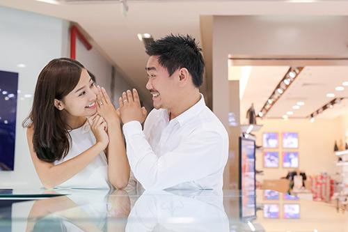 Bạn trai Việt kiều thơm má Khánh Hiền khi đi thử nhẫn cưới-8