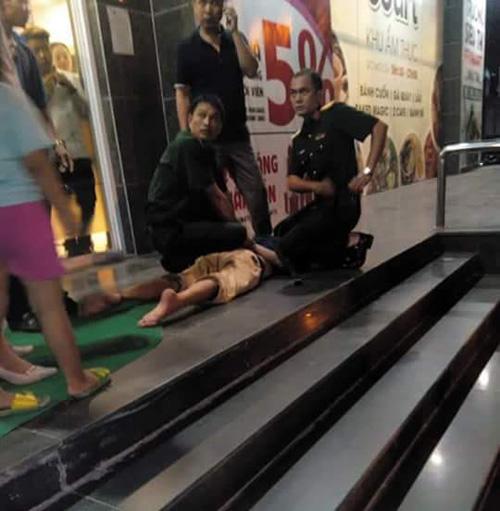 Người đàn ông dùng dao khống chế bé trai 2 tuổi ngay giữa siêu thị Hà Nội-2