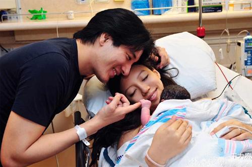 """40 tuổi, """"thiên vương Hongkong"""" Vương Lực Hoành đón con gái thứ 2-1"""